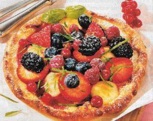 Pizza mit Beeren und Mozzarella
