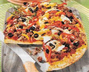 Pizza mit Feta und Oliven