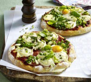 Pizza mit Tomaten, Ziegenkäse und Spiegelei