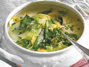 Grüne Gemüsesuppe mit Erbsen