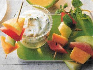 Melonenspießchen mit Minz-Limetten-Schmand
