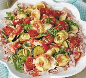 Tortellinisalat mit Kochschinken und Mozzarella