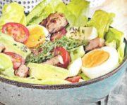 Eiersalat mit Avokado und Putenstreifen