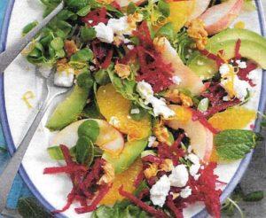 Rote Bete Salat mit Äpfeln und Nüssen